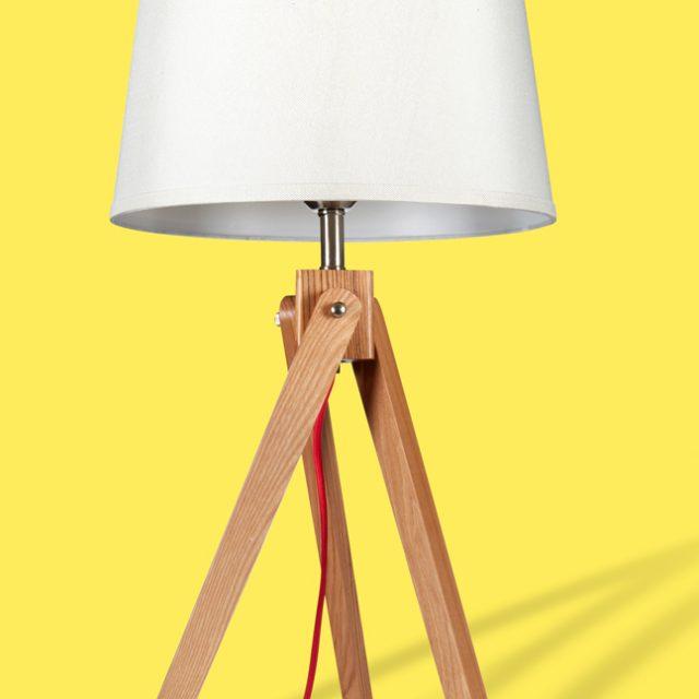 Freisteller einer My Light Tischleuchte aus Holz mit Schirm vor gelb