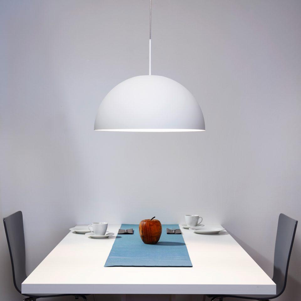 Pendelleuchte Weiss im Ambiente mit Tisch Stühlen und Geschirr von Philips