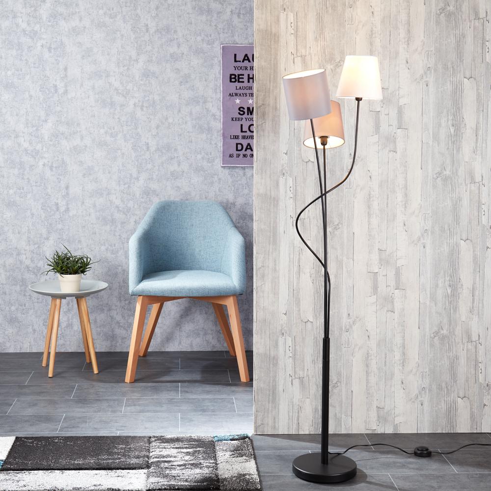 Stehleuchte Dreiflammig in Wohnzimmer mit Dekoration und Sukkulente sowie Teppich