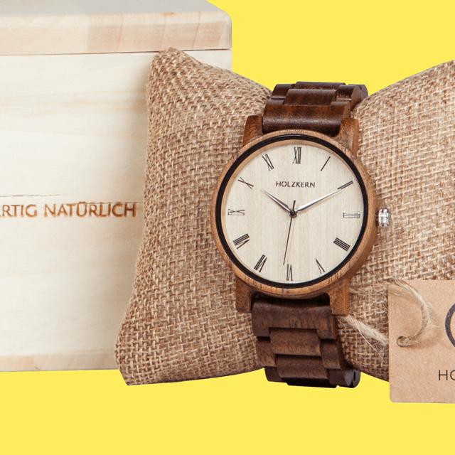 Freisteller einer Holzkern Armbanduhr