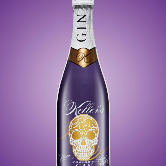 Aufnahme einer Ginflasche mit lila Hintergrund